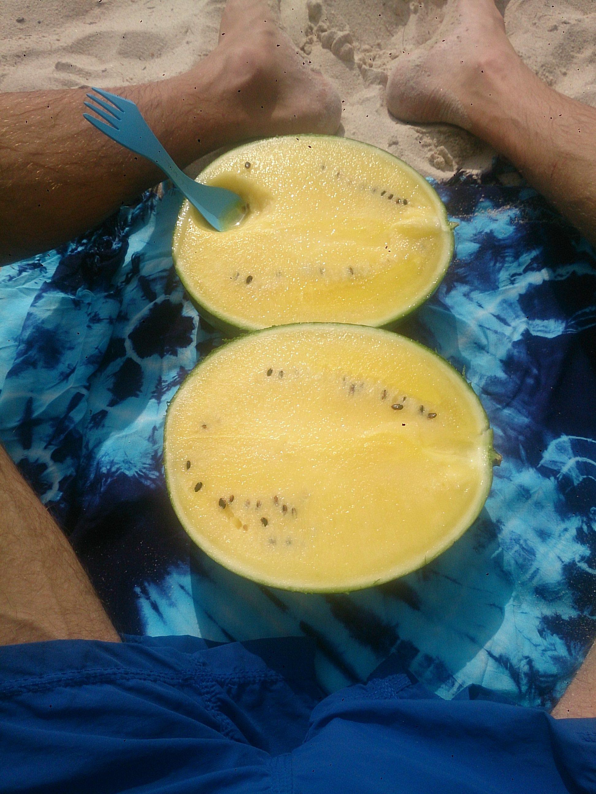 Žuta lubenica na plaži