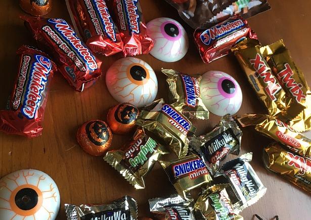 halloween-candy-bar-cake-4-2016