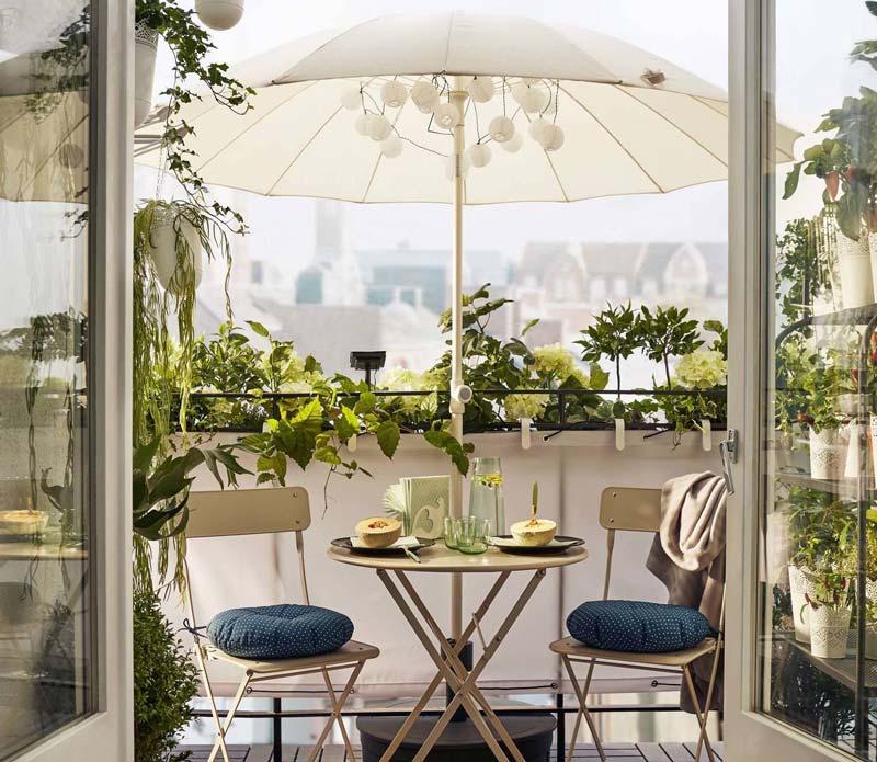 ombrellone sul balcone in estate