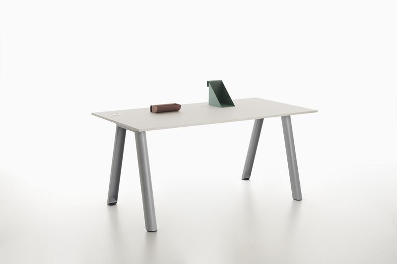 scrivania con piano rettangolare