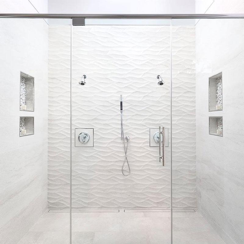 doccia con due nicchie a parete
