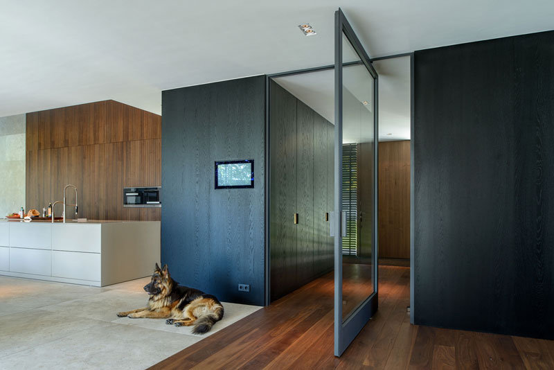 cucina moderna con porta a bilico in vetro
