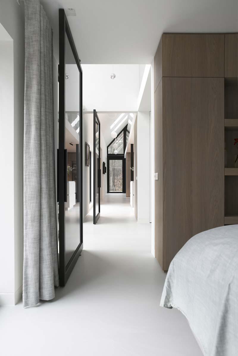 camera da letto con porta a bilico in vetro