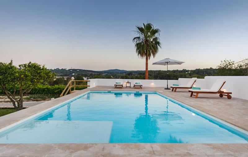 piscina con solarium attrezzato
