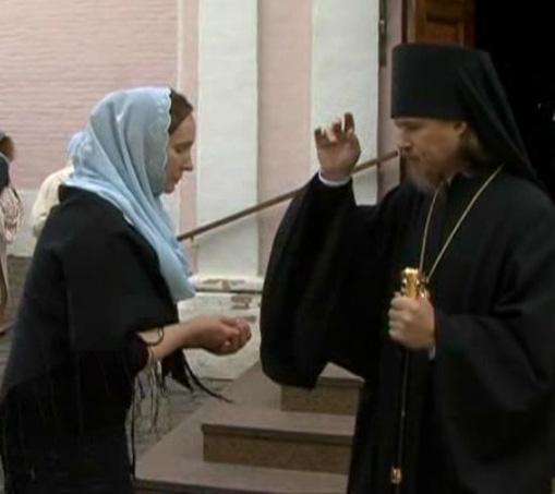 orthodoxe Frau empfängt Segen