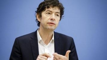 Prof. Christian Drosten von der Berliner Charité erklärt, dass in Deutschland derzeit bis zu 500.000 Tests pro Woche gemacht werden. Das erkläre auch die vergleichsweise wenigen Todesfälle. (m / Foto: imago images / photothek)