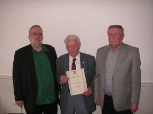 Seit 75 Jahren ist Hans Schütz (Bildmitte) Mitglied bei den Duisburger Briefmarkenfreunden. Geschäftsführer Klaus Kühn (links) und Vorsitzender Klaus Hasselbach (rechts) überreichten ihm dafür nun die Ehrenurkunde.