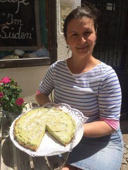 Frau Schreibauer mit roher Avocado-Torte