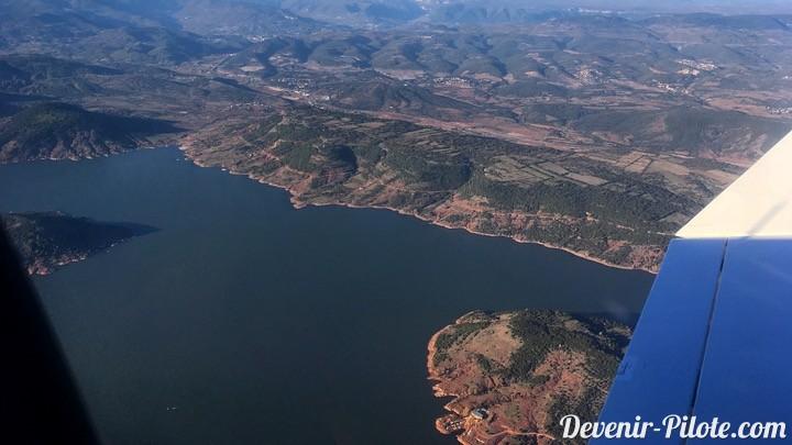 Vue aérienne du Lac du Salagou en avion DR400