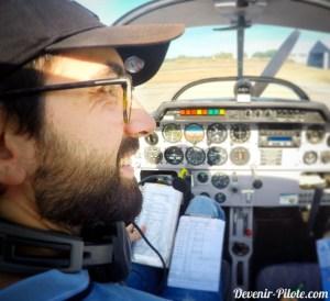 retour de vol local solo, un pilote heureux