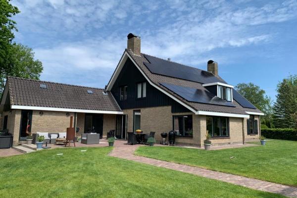Zonnepanelen-installatie-mei-familie-Reinders-te-Buitenpost