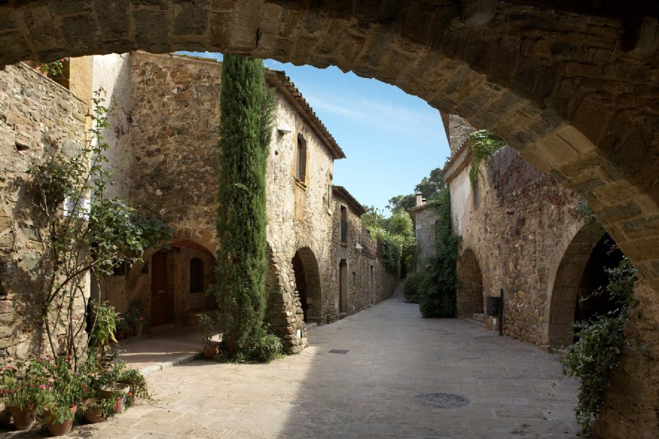 El pueblo de Monells en la provincia de Gerona