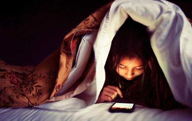 Ficar no zap-zap à noite pode causar problemas de insônia
