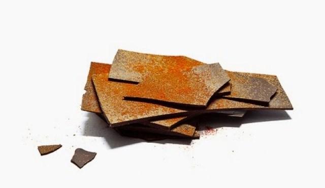 Lámina de chocolate negro y pimentón picante. Fuente: Chocolat Factory