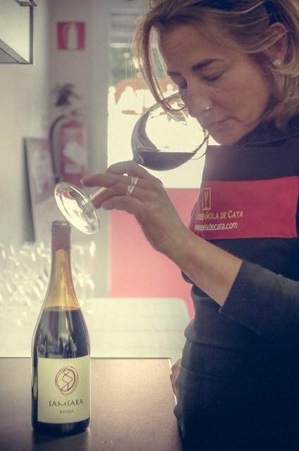 Gloria Argandoña catando Samsara para la Jornada de Vinos y Tapas. Fuente: La Cocina de Anita