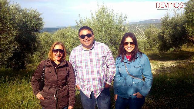 Equipo Devinos con Alicia acocompañadas de Juan Molina, propietario de Cortijo Spiritu Santo. Fuente: Devinos con Alicia