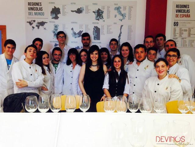 """Foto de familia tras el Taller Magistral de """"Marketing y comunicación gastronómica y del vino"""" en la Escuela de Hostelería y Turismo de Castellón. Fuente: Manolo Martín- Lorente"""
