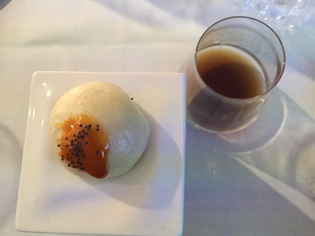 Pan al vapor con guiso de ternera, salsa de mostaza picante y consomé de Armañac. Copyright: Devinos con Alicia Gastroblog