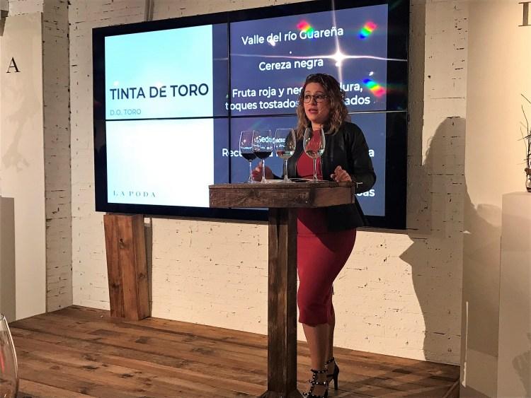 Almudena Alberca presentando La Poda Tinta de Toro 2015. Copyright: www.devinosconalicia.com