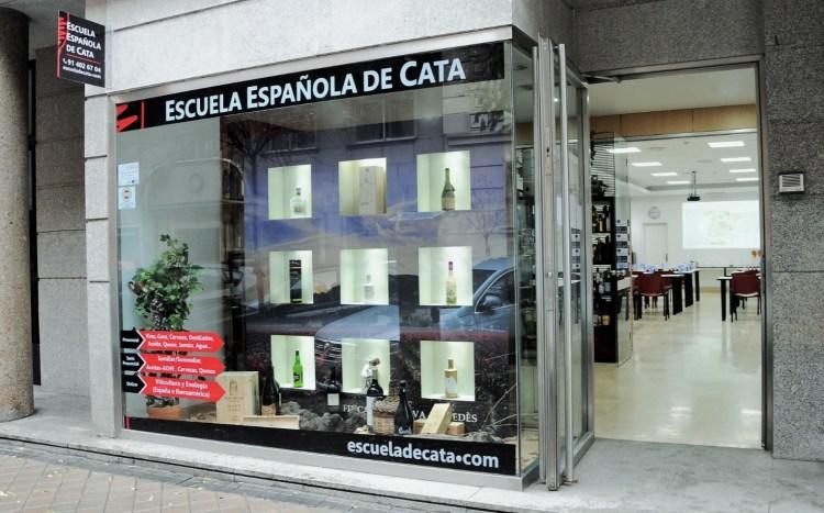Entrada de la Escuela Española de Cata en la madrileña Calle de las Mártires Concepcionistas, 19 (Local 2), 28006 Madrid. Vía: EEC