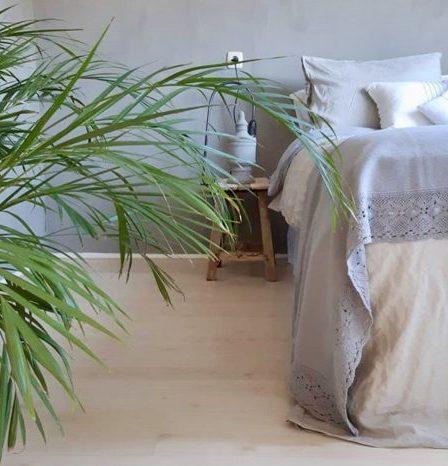 Landelijke lichte slaapkamer