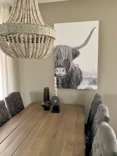 Schilderij Schotse Hooglander Kralen kroonluchter landelijke eettafel