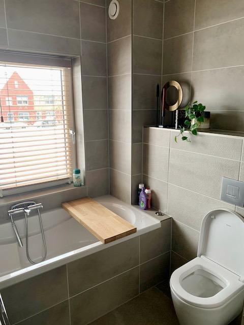 Bad met badplank nisje toilet badkamer landelijk