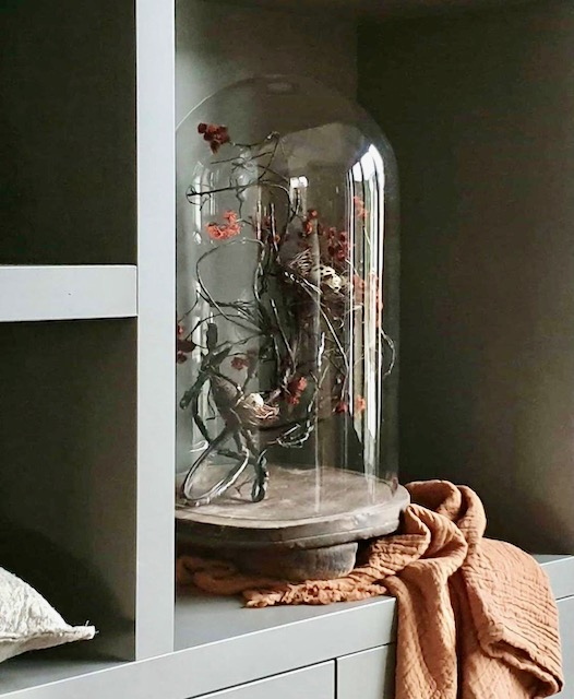 Grote glazen stolp met kunsttak en kwarteleitjes