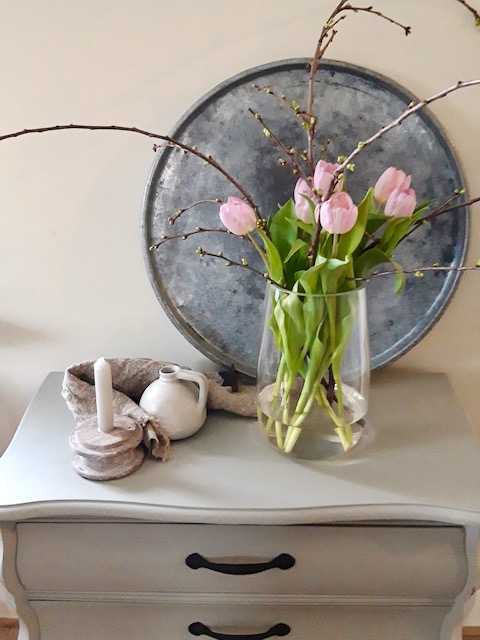 Zinken dienblad vaas met roze tulpen kandelaar kruik linnen doek
