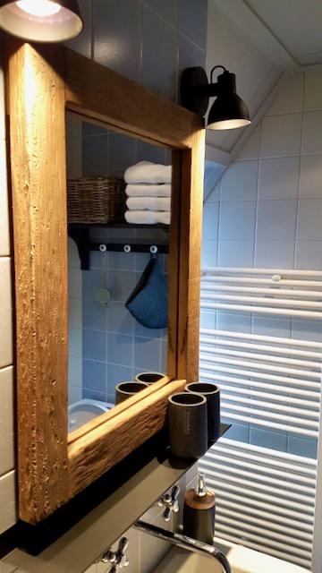 Landelijke badkamer spiegel radiator verlichting wasmeubel