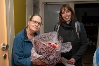 Ria ontving een bloemetje uit handen van Jiske Foppe.(foto Inge Drost)