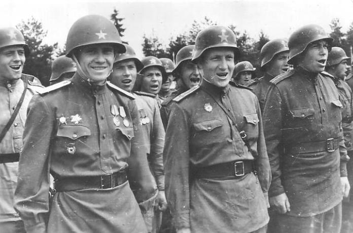 Російські військові у німецьких касках.