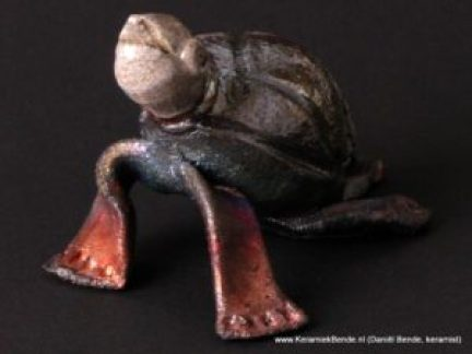 Raku gestookt schildpadje van Daniel Bende (DFB-keramiek)