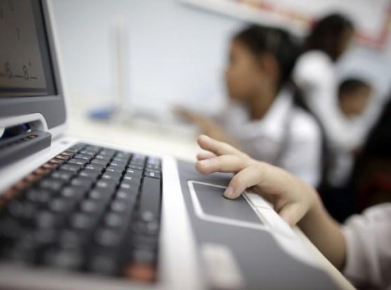 Tu stii ce face copilul tau online