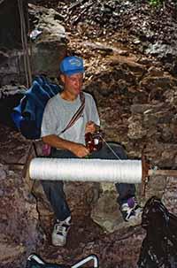 照片為傑拉德與線軸 1996由吉爾.海納斯 (Jill Heinerth)提供