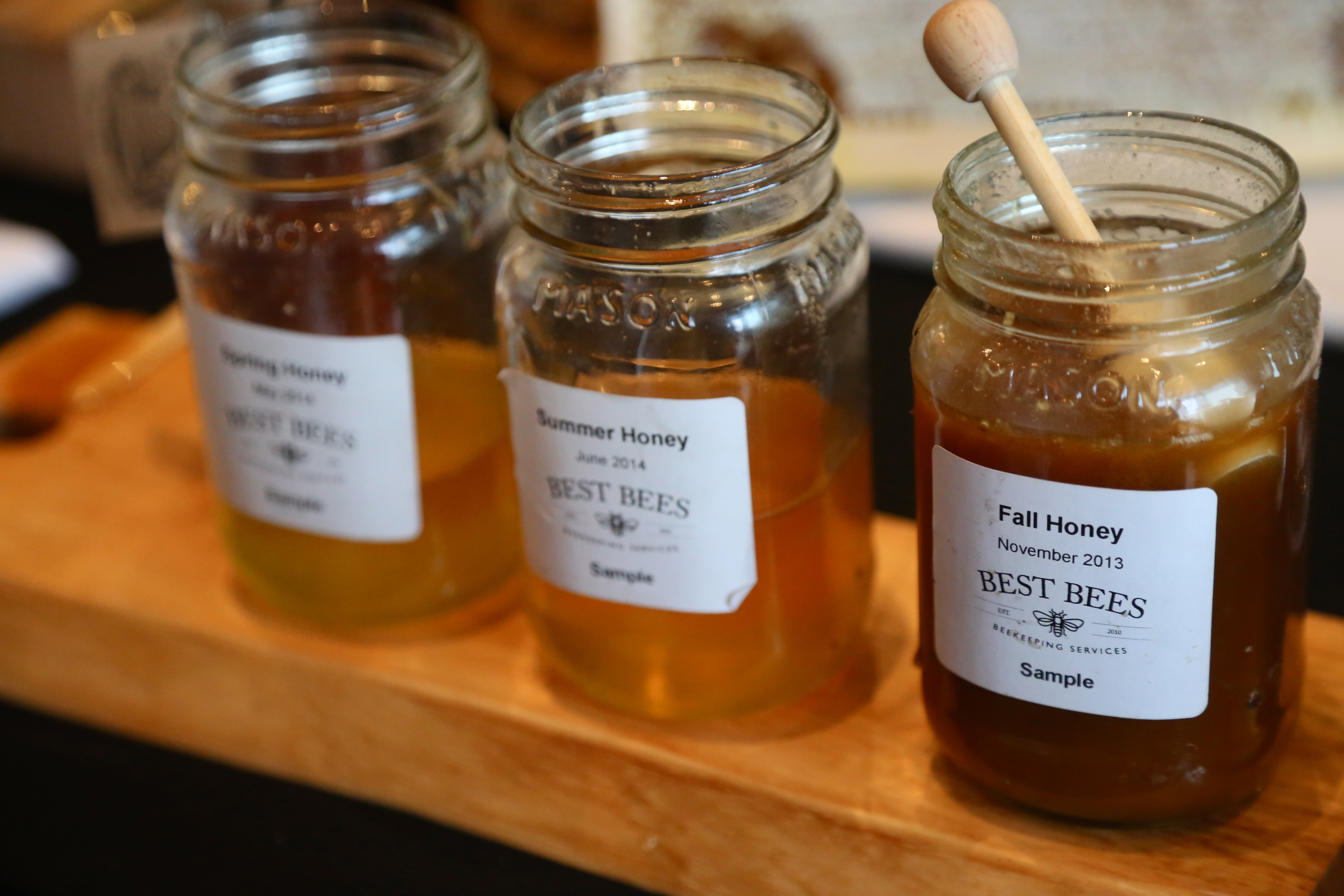 the color of the honey depends on the nectar source they plants and flowers bees visit honey color can vary from almost colorless to a deep brown - Coloration Miel Dor