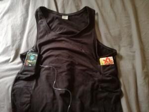 T shirt avec deux poches pour y mettre la pompe et des sucres. Facilité.