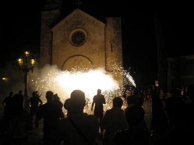La colla de diables grans de Moja davant l'església de Sant Jaume