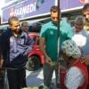 "Michels entrega santinho a munícipe: ""campanha simples"". Foto: Eberly Laurindo"