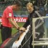 Árbitro revê a jogada ao lado do campo: possível impedimento causou polêmica. Foto: Reprodução/Sportv