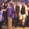 Homem ferido é carregado de área do show. Foto: Reprodução