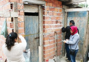 Equipe vistoria, mede e fotografa as moradias para fins de regularização e cadastramento. Foto: Marcos Luiz/PMD