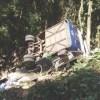 Suspeita é de que o motorista perdeu o controle do veículo, avançou contra a mureta, tombou e caiu. Foto: Corpo de Bombeiros