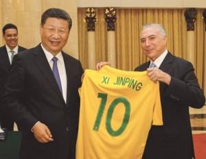 Xi Jinping ganhou de Temer camiseta da seleção brasileira. Foto: Beto Barata/PR