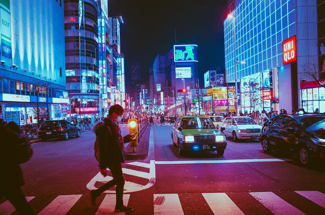 Usar el móvil caminando puede ser peligroso. Imagen de Masashi Wakui de Pixabay