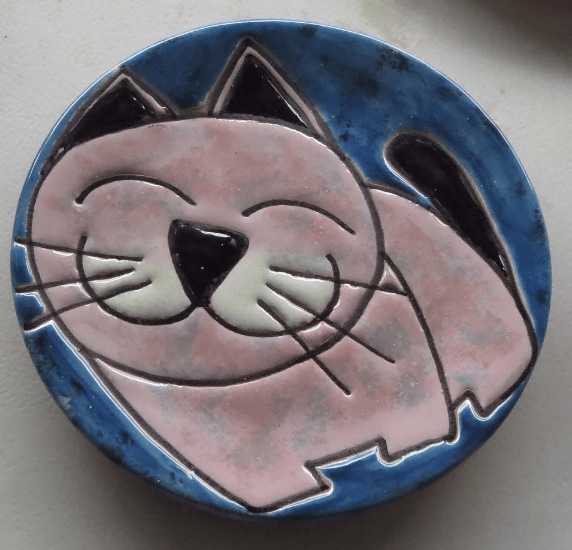 Ceramic plate with cat, 8 inches in diameter.