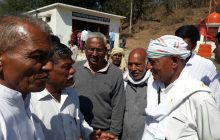 Digvijay Singh speaking to activists in Chutka