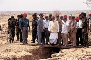 Vajpayee at the blast site, May 1998