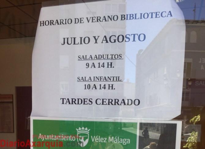 Cartel informativo de la puerta dela Biblioteca Municipal veleña.