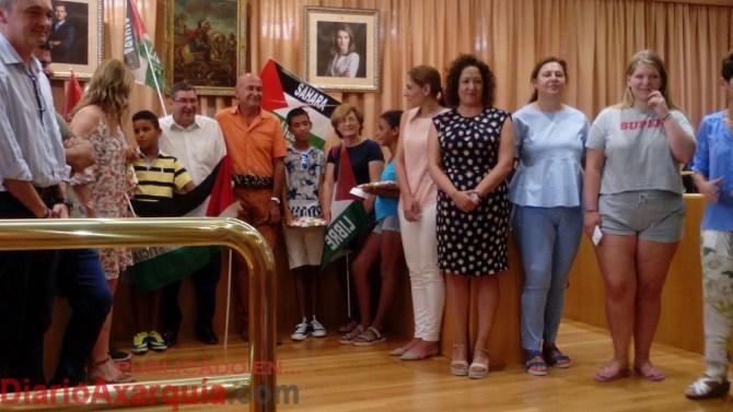 El alcalde de Vélez-Málaga, Antonio Moreno Ferrer, junto a miembros de la Corporación municipal, ha recibido a una representación de los niños saharauis